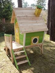 Stelzenhaus aus Holz mit Rutsche
